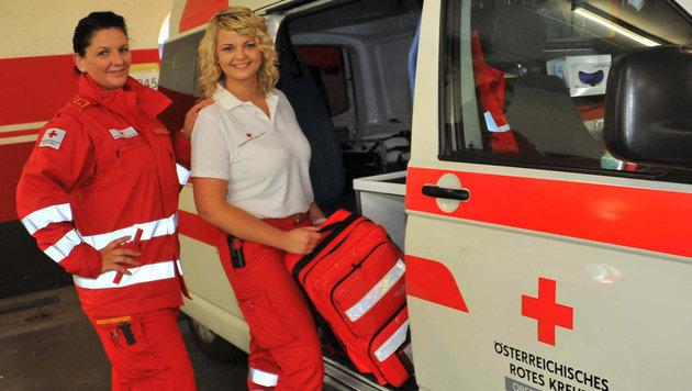 Beim Roten Kreuz gibt´s eine eigene Sommeruniform, nur die Sicherheitsschuhe sind ein Muss (Bild: Horst Einöder)