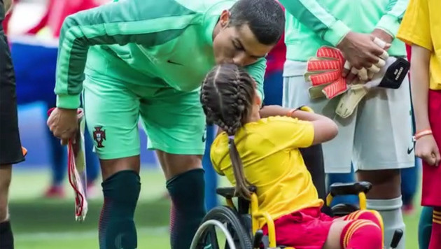 Rührend! Ronaldo küsst im Rollstuhl sitzendes Kind (Bild: YouTube.com)