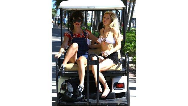 Beim Sitzen auf dem Golfwagerl werfen Ellie Gouldings Oberschenkel kleine Krater. (Bild: www.PPS.at)