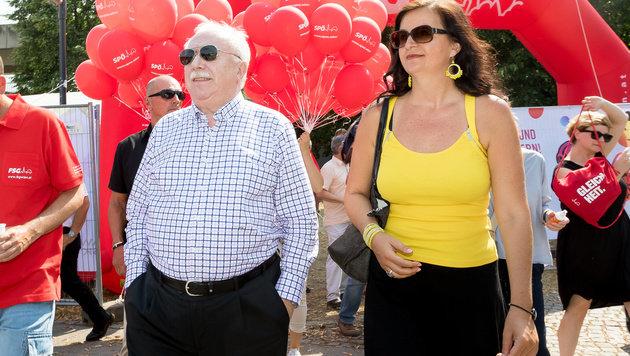 Häupl und Stadträtin Ulli Sima während einem Rundgang auf der Donauinsel (Bild: APA/EXPA/SEBASTIAN PUCHER)