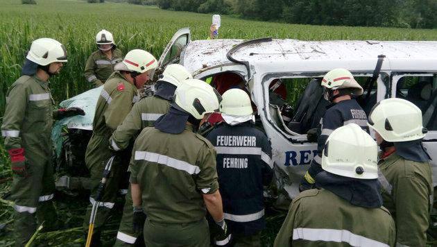Kleinbus kracht frontal in Auto: Neun Verletzte (Bild: APA/FF JENNERSDORF)