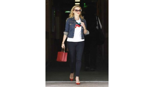 Wie immer perfekt gestylt: Reese Witherspoon mit roter Tasche zu roten Pumps und Kirschen-Shirt. (Bild: www.PPS.at)