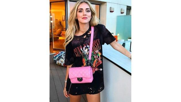 Die pinke Chanel-Tasche wirkt zum Guns-n'-Roses-Shirt richtig cool. (Bild: www.PPS.at)