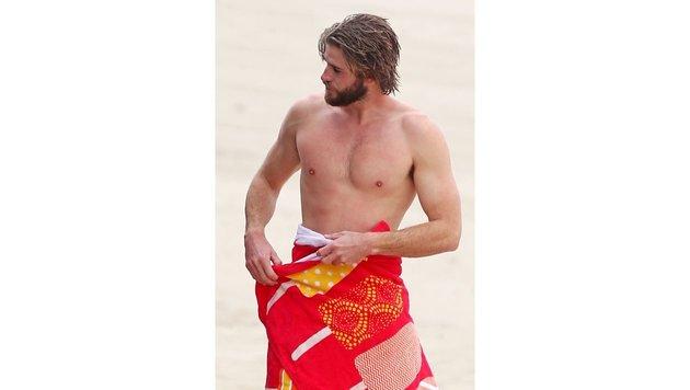 Liam Hemsworth war mit seinen Kumpels surfen und hat den Neoprenanzug abgelegt. (Bild: www.PPS.at)