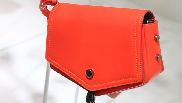 Orangefarbene Tasche von Jimmy Choo (Bild: www.fashionpps.com)