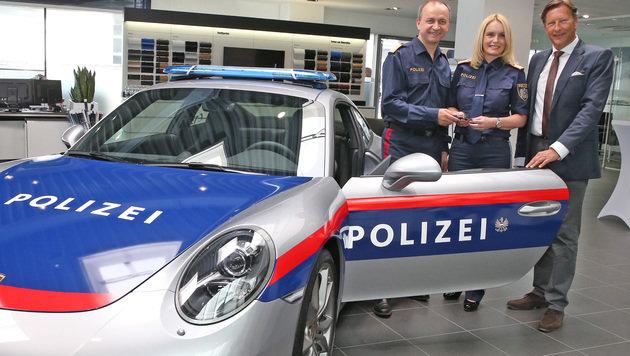 Oberster Polizeichef K. Kogler und M. Kohlweiß, LPD Kärnten, mit Porsche Österreich-Chef H. Eggert (Bild: Zwefo)