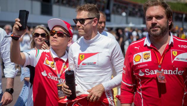 Selfie-Wahn: Vettel will nur auf ein Foto! (Bild: AFP)