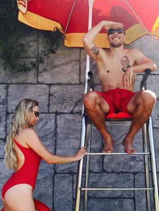 Sportfotos: Podolski macht den Bademeister (Bild: Instagram)