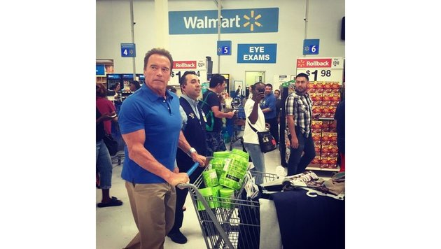 Arnold Schwarzenegger schiebt mit angespanntem Trizeps den Einkaufswagen. (Bild: face to face)