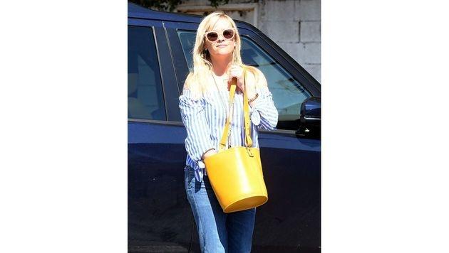 Ein echter Farbtupfer ist Reese Witherspoons sonnengelbe Tasche. (Bild: www.PPS.at)