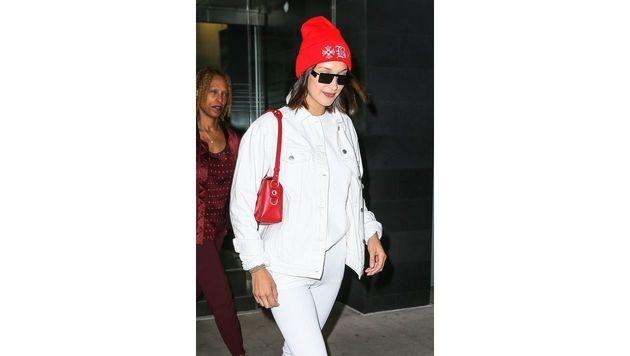 Bei Bella Hadid passen Tasche und Haube perfekt zueinander. (Bild: www.PPS.at)
