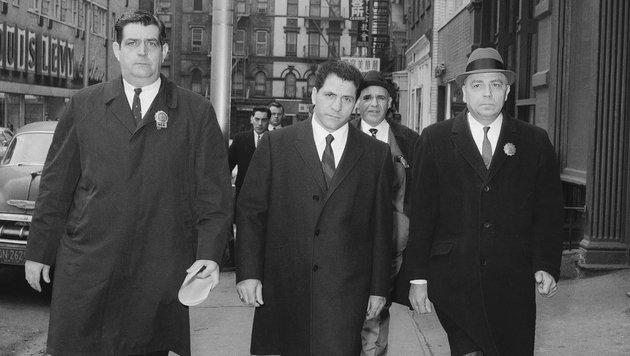 Hier wird Sonny Franzese nach seiner Verhaftung am 24. März 1966 zu einer Polizeistation gebracht. (Bild: AP)