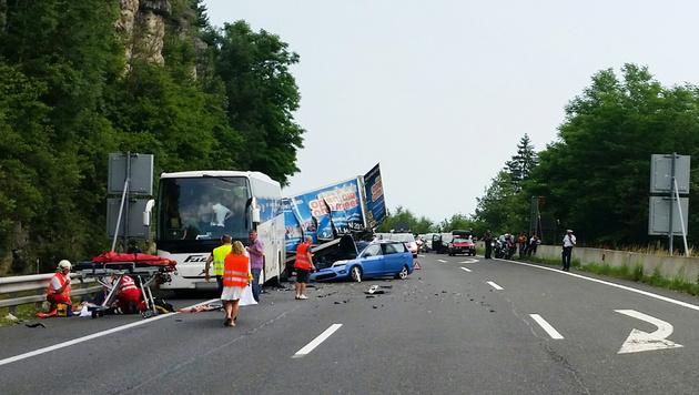 Auto prallt auf A2 gegen Bus: Mehrere Verletzte (Bild: APA/…AMTC/CHRISTOPHORUS 11)