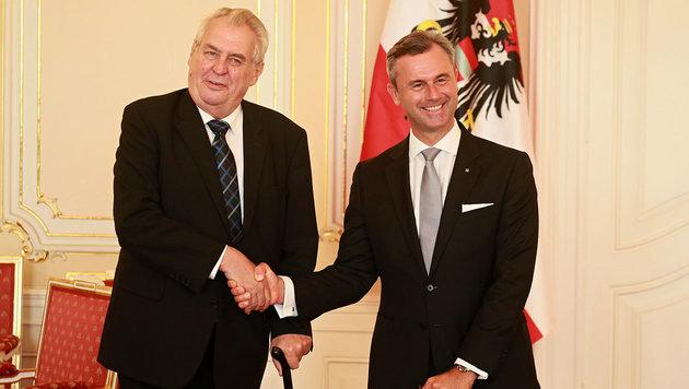 Milos Zeman und Norbert Hofer am 12. September 2016 in Prag (Bild: AFP/Radek Mica)