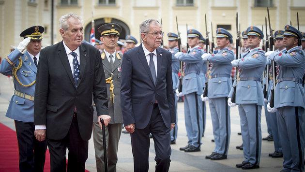 Eine heikle Staatsvisite bei Tschechiens Zeman (Bild: APA/Bundesheer/Carina Karlovits)