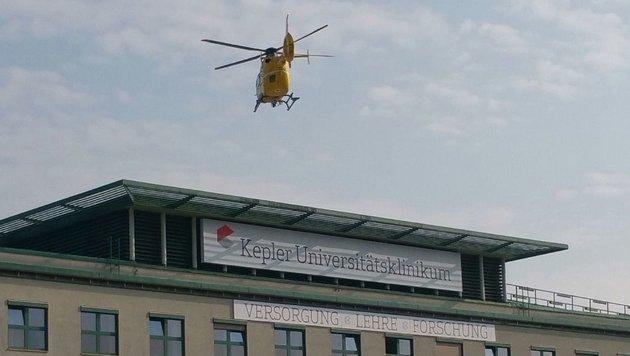 """Der Zweijährige wurde mit dem Notarzthubschrauber ins Linzer Uniklinikum geflogen. (Bild: """"Kronen Zeitung"""")"""