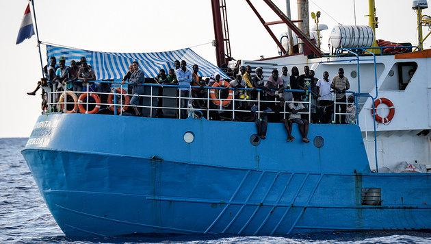 Gerettete Flüchtlinge auf einem Hilfsschiff im Mittelmeer (Bild: AFP)