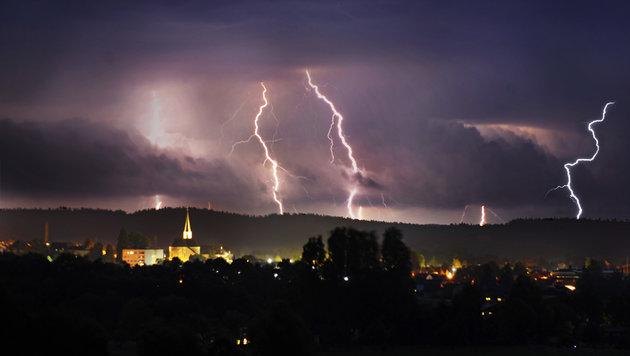 Eine Gewitterfront mit 8938 Blitze beendete nun die Hitzwelle in Oberösterreich. (Bild: Manfred Fesl)