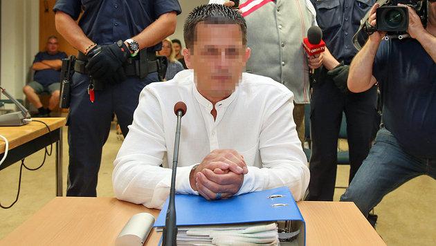 Der Angeklagte im Gerichtssaal (Bild: Neumayr/SB)