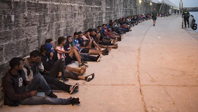 Flüchtlinge warten nach ihrer Rettung aus der Straße von Gibraltar im Hafen von Tarifa. (Bild: AFP)