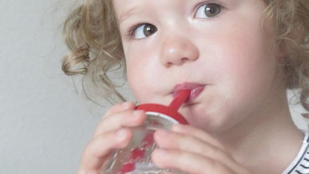 Ein Strohhalm ist im Freien für Kinder beim Trinken derzeit ein Muss (Bild: Markus Schuetz)