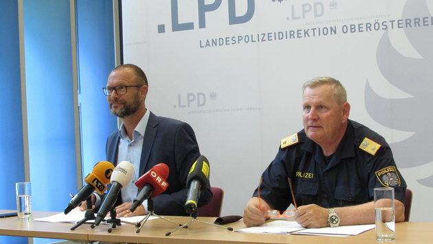 Landespolizeidirektor Pilsl und Stadtpolizei-Chef Pogutter vermeldeten den Fahndungserfolg (Bild: Kronen Zeitung)