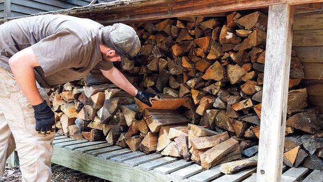 Wer jetzt Holz einlagert, darf sich im Winter über gut durchgetrocknete Scheite freuen ... (Bild: iStock, Bill Oxford)