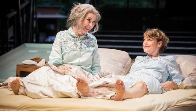 Babett Arens im Bett mit Elke Winkens (Bild: Sommernachtskomödie Rosenburg/Anna Stöcher)