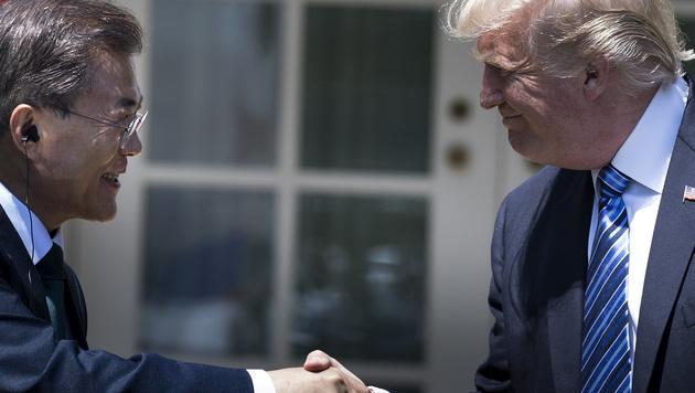 Donald Trump mit dem neuen südkoreanischen Staatschef Moon Jae (Bild: AFP)