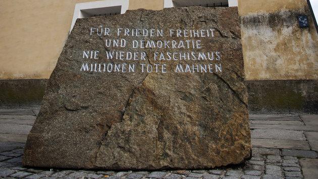 Der Mahnstein vor dem Hitler-Geburtshaus (Bild: APA/MANFRED FESL)