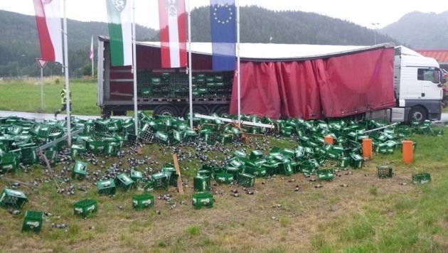 1200 Kisten steirisches Bier auf Straße gekippt (Bild: APA/FF LEOBEN-GÖSS)