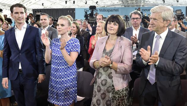 Kurz mit Freundin Susanne Thier und seinen Eltern Elisabeth und Josef (Bild: APA/HANS PUNZ)