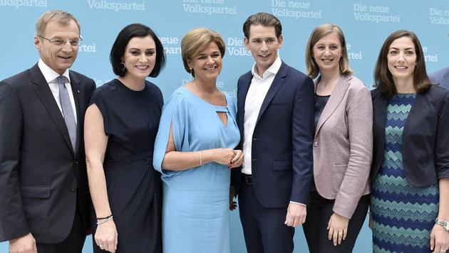Neo-ÖVP-Chef Sebastian Kurz und sein neues Team am Parteitag in Linz (Bild: APA/HANS PUNZ)
