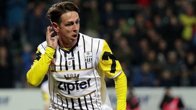 """""""Habt ihr unsere Preise gehört?"""", scheint LASK-Torjäger Gartler Richtung der Fans zu signalisieren. (Bild: GEPA pictures)"""