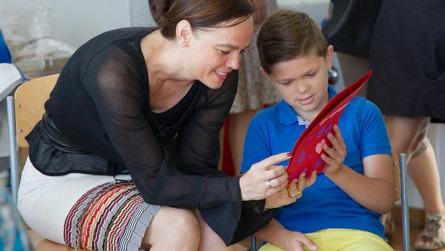 """Sonja Hammerschmid mit """"ihrem"""" Schulkind Elias (Bild: Jana Madzigon)"""