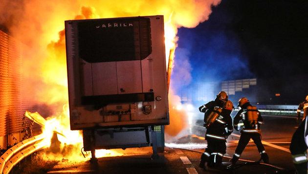 Beim Eintreffen der Feuerwehrleute stand der Anhänger schon in Vollbrand. (Bild: laumat.at/Matthias Lauber)