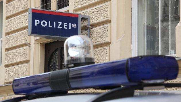 Alle verfügbaren Polizei-Streifen rückten in Steyr in die Pfarrgasse aus. (Bild: Jürgen Radspieler)