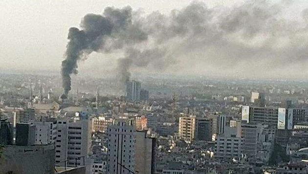 Eine riesige Rauchsäule nach der Explosion in der syrischen Hauptstadt (Bild: twitter.com)