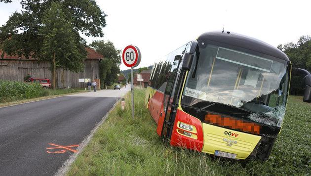 Der Bus wurde links vorne schwer beschädigt (Bild: laumat.at / Matthias Lauber)