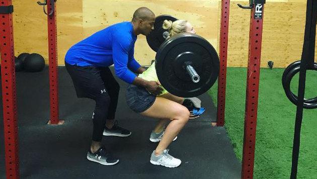 So macht Training Spaß: Lindsey Vonn schuftet mit ihrem Freund Kenan Smith in der Kraftkammer. (Bild: instagram.com)