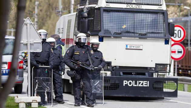 Polizisten am Brenner bei einer Demonstration im Mai 2016 (Bild: APA/EXPA/Johann Groder (Archivbild))