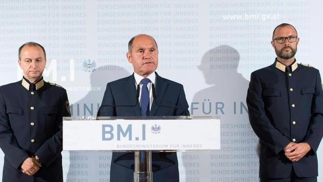 Innenminister Wolfgang Sobotka (ÖVP) bei der Blitz-Pressekonferenz am Mittwochabend (Bild: APA/EXPA/MICHAEL GRUBER)