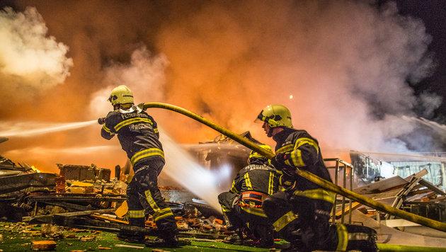 Ein Flammenmeer zerstörte das Möbelhaus in Marchtrenk - 372 Feuerwehrleute standen im Einsatz (Bild: Hermann Kollinger)