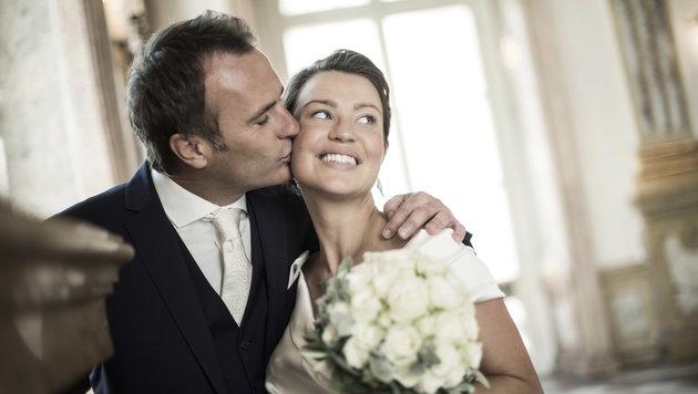 Ja-Wort samt Kuss! Ernst Hausleitner heiratete seine Nina im engsten Kres. (Bild: Peter Baier)