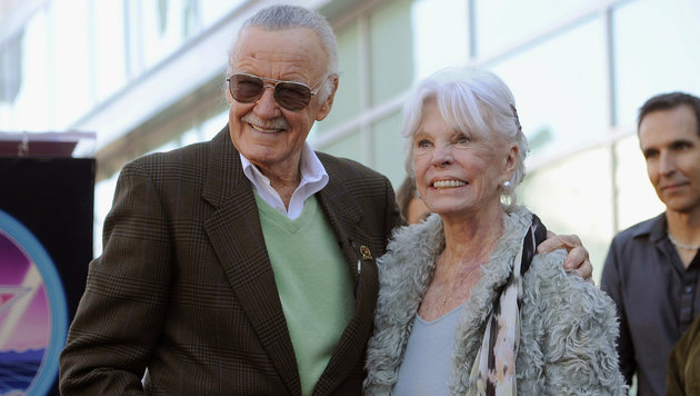 Stan und Joan Lee im Jahr 2011 am Walk of Fame in Los Angeles (Bild: AP)