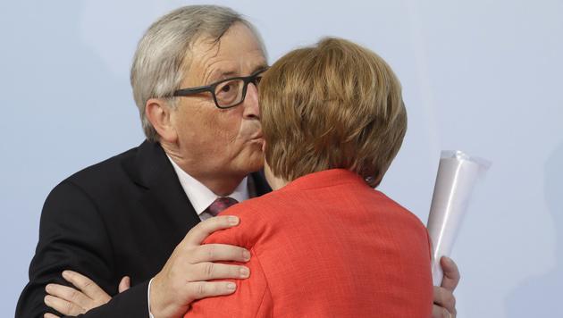 Das obligate Begrüßungsküsschen von Juncker (Bild: AP)