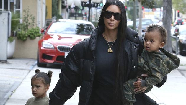 Kim Kardashian mit den Kindern North und Saint (Bild: www.PPS.at)
