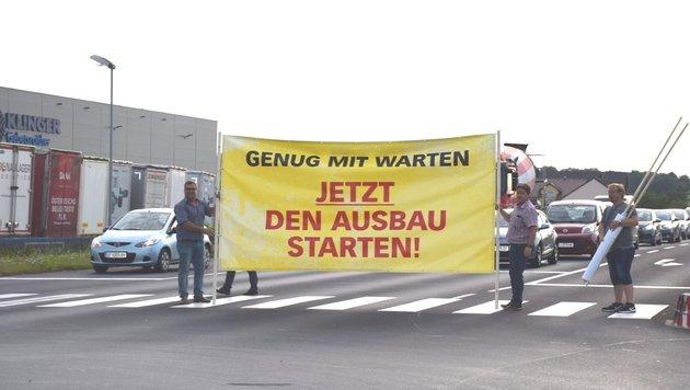 Die Marchtrenker - mit Stadtchef Paul Mahr (li.) an der Spitze - fordern den raschen Ausbau der B1 (Bild: Stadtgemeinde Marchtrenk)