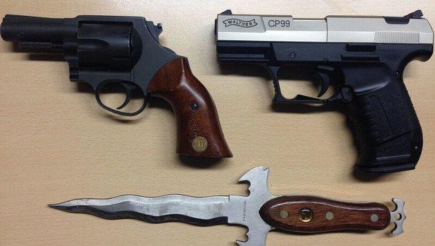 Diese Waffen wurden von der Polizei in der Wohnung des 61-Jährigen gefunden. (Bild: Polizei)