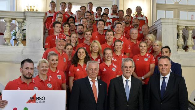 Bundespräsident verabschiedet Athleten (Bild: APA/Herbert Pfarrhofer)